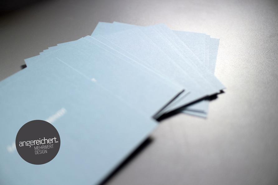 blaugraue Visitenkarten im Quadrat
