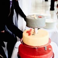 eine Hochzeitstorte die das angereicherte Hochzeitsloge schmückt